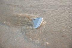 Teléfono móvil flotado al mar Fotografía de archivo