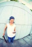 Teléfono móvil joven del uso del monopatín Fotografía de archivo