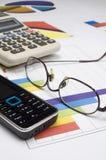 Teléfono móvil, lentes y calculadora Imagenes de archivo