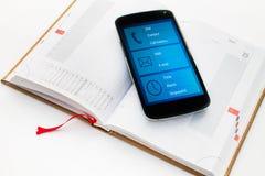 Teléfono móvil moderno con el organizador app de las multimedias. Imagenes de archivo