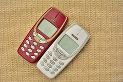 Teléfono móvil NOKIA 3310 del vintage en la tabla de madera Fotografía de archivo libre de regalías