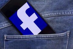 Teléfono móvil que exhibe el uso del facebook Imagen de archivo