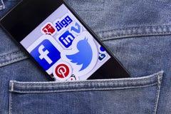 Teléfono móvil que exhibe la mayoría de los medios sociales populares Fotos de archivo libres de regalías
