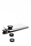 Teléfono móvil que pone con el clip en las lentes de cámara de la foto Foto de archivo libre de regalías