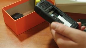 Teléfono móvil Teléfono móvil protegido en una tabla de madera almacen de metraje de vídeo