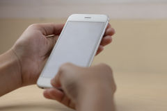 Teléfono móvil usando concepto con la pantalla en blanco Foto de archivo libre de regalías