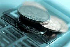 Teléfono móvil y dinero Fotos de archivo