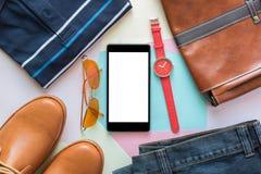 Teléfono móvil y endecha plana de la moda casual del ` s de los hombres en el woode blanco Imágenes de archivo libres de regalías