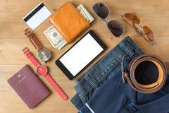 Teléfono móvil y endecha plana de la moda casual del ` s de los hombres en el woode blanco Imagen de archivo libre de regalías