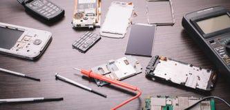 Teléfono móvil y herramientas desmontados fotos de archivo