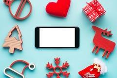 Teléfono móvil y la decoración de la Navidad Imagen de archivo
