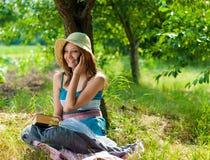 Teléfono móvil y mujeres sonrientes felices hermosas Fotos de archivo libres de regalías