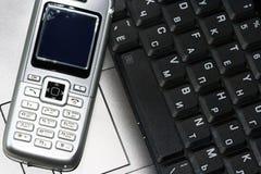 Teléfono móvil y ordenador fotografía de archivo