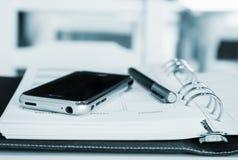 Teléfono móvil y pluma Imágenes de archivo libres de regalías
