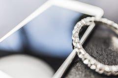 Teléfono móvil y pulsera con los diamantes Fotografía de archivo