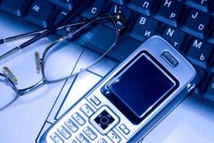 Teléfono móvil y vidrios foto de archivo libre de regalías