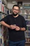 Teléfono masculino hermoso de Typing On Mobile del estudiante universitario Imágenes de archivo libres de regalías