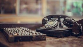 Teléfono negro antiguo y ábaco de madera fotografía de archivo
