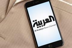 Teléfono negro con el logotipo de los medios de noticias Al Arabiya en la pantalla fotografía de archivo