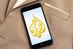 Teléfono negro con el logotipo de los medios de noticias Al Jazeera en la pantalla imagenes de archivo