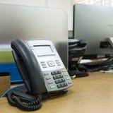 Teléfono negro en trabajo de la tabla Fotografía de archivo libre de regalías