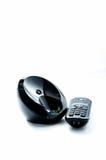 Teléfono negro inalámbrico con la cuna aislada en el fondo blanco Imagen de archivo libre de regalías