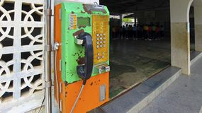 Teléfono público de fichas pasado de moda en Tailandia fotos de archivo libres de regalías