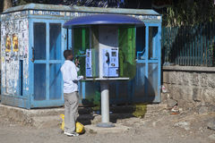 Teléfono público en Addis Abeba fotos de archivo libres de regalías