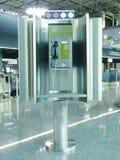 Teléfono público en aeropuerto fotos de archivo libres de regalías