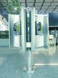 Teléfono público en aeropuerto fotos de archivo