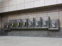 Teléfono público en aeropuerto imagen de archivo