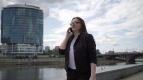 Teléfono que habla de la empresaria alegre almacen de metraje de vídeo