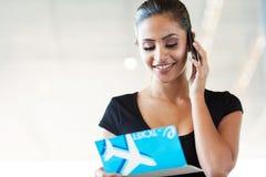 Teléfono que habla de la mujer foto de archivo libre de regalías