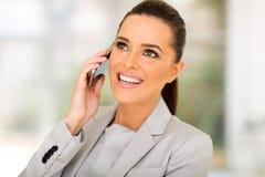 Teléfono que habla de la mujer de negocios fotos de archivo