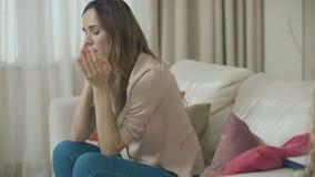 Teléfono que habla de la mujer triste en el sofá casero Cliente deprimido que usa el teléfono móvil almacen de metraje de vídeo
