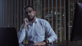 Teléfono que habla del empleado de oficina almacen de video
