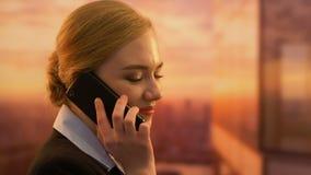 Teléfono que habla del encargado de sexo femenino coqueto, conversación personal sobre lugar de trabajo metrajes