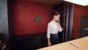 Teléfono que habla del encargado del pasillo, huéspedes de la reunión 4K almacen de metraje de vídeo