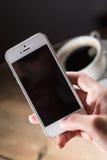 Teléfono que toma una foto del café Imagen de archivo libre de regalías