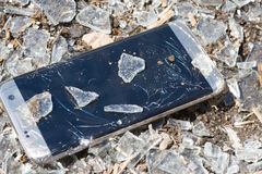 Teléfono quebrado en el fondo de cristal Imágenes de archivo libres de regalías