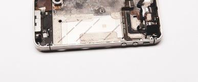 Teléfono quebrado Partes del aislante de los componentes del smartphone en el fondo blanco imagen de archivo