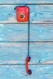 Teléfono retro rojo en el fondo de viejos tableros Imágenes de archivo libres de regalías