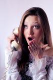 Teléfono retro y mujer joven hermosa emocionados Foto de archivo libre de regalías