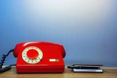 Teléfono rojo anticuado del dial rotatorio foto de archivo libre de regalías