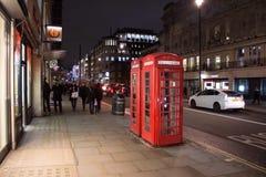Teléfono rojo típico de Londres Fotografía de archivo