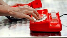 Teléfono rotatorio antiguo rojo metrajes