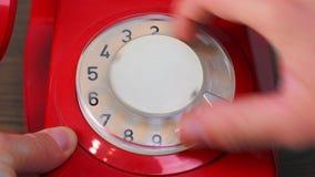 Teléfono rotatorio rojo almacen de metraje de vídeo