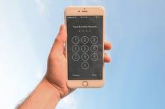 Teléfono 6s de la tenencia I de la mano más foto de archivo libre de regalías