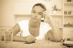 Teléfono triste de la muchacha Fotos de archivo