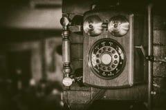 Teléfono viejo del soporte de la pared del vintage con las campanas de cobre amarillo en monocromático - fotografía retra imagen de archivo libre de regalías